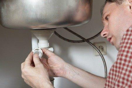installer le siphon sur l'évier
