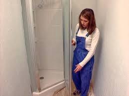 installer une porte de douche battante ou pivotante les 8 tapes expliques