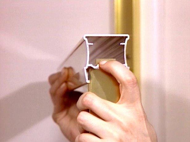 installer une porte de douche coulissante. Black Bedroom Furniture Sets. Home Design Ideas