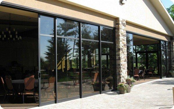 grande veranda avec 8 pans de porte coulissante. Black Bedroom Furniture Sets. Home Design Ideas