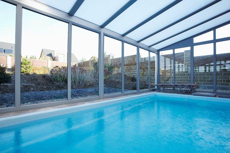 piscine dans une véranda