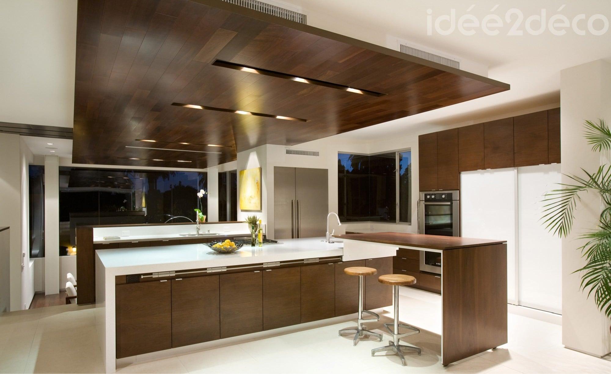 Design de grande cuisine bois et blanc cass for Cuisine design blanc