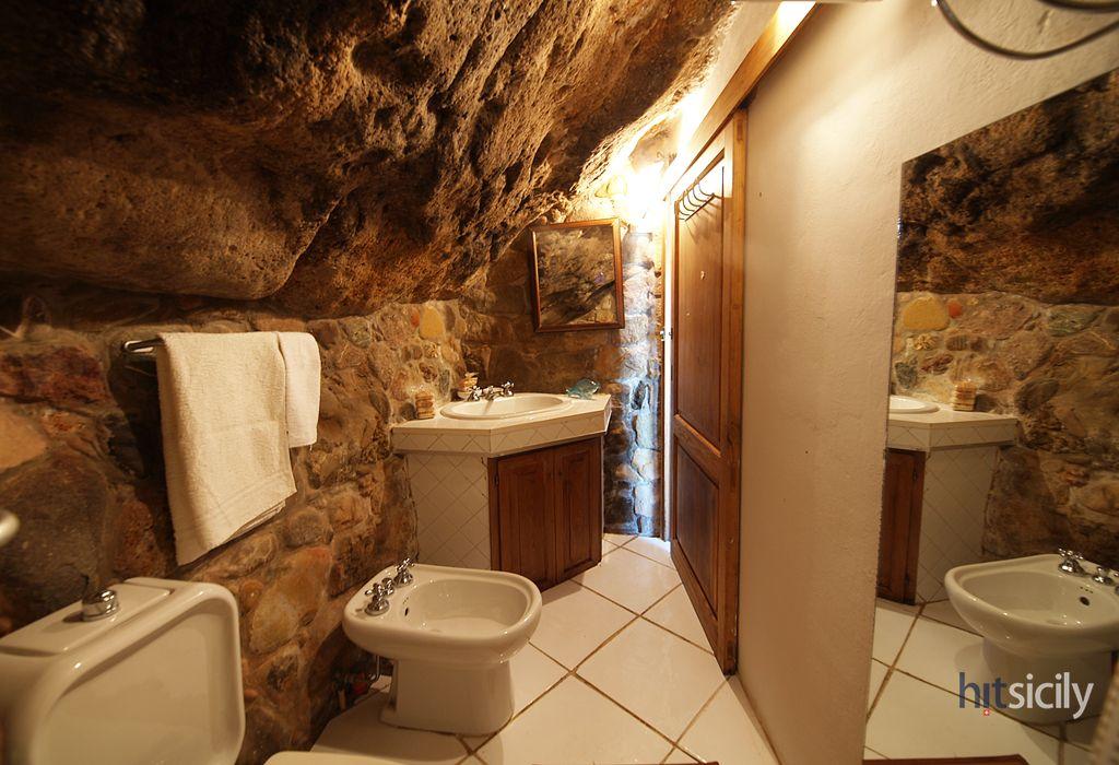 Une salle de bain grotte