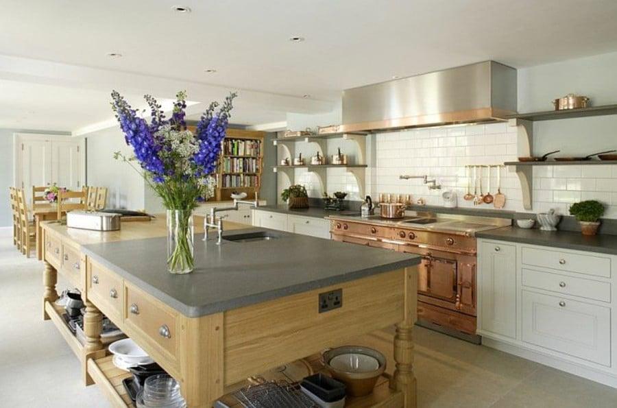 Les finitions cuivrées des façades apportent à cette cuisine moderne un look rétro au charme indéniable.