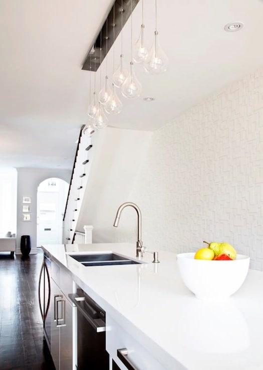 cuisine contemporaine blanche avec une surface en bois.