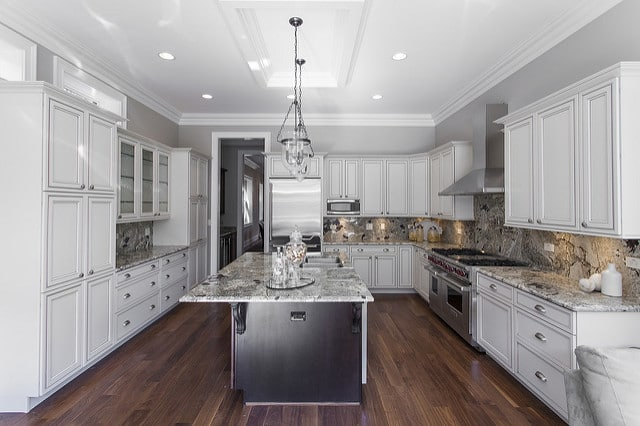 Le bois est un matériau noble et chaleureux. Bien travaillé, puis complété par le marbre donc l'élégance n'est plus à démontrer, il donne ceci : une cuisine chic qui fait rêver.