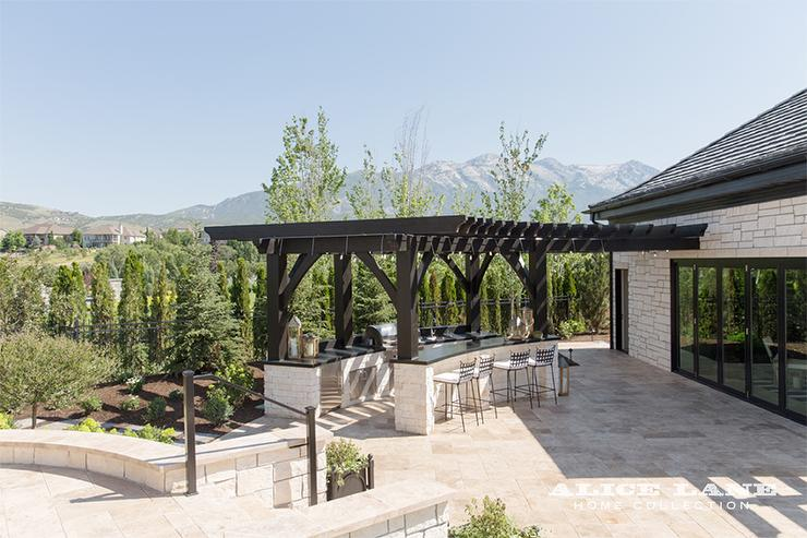 Plutôt réussi cet aménagement d'une cuisine d'été avec bar dans le jardin.