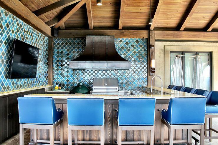 Très sympa cette cuisine en aménagée sur une terrasse en bois.