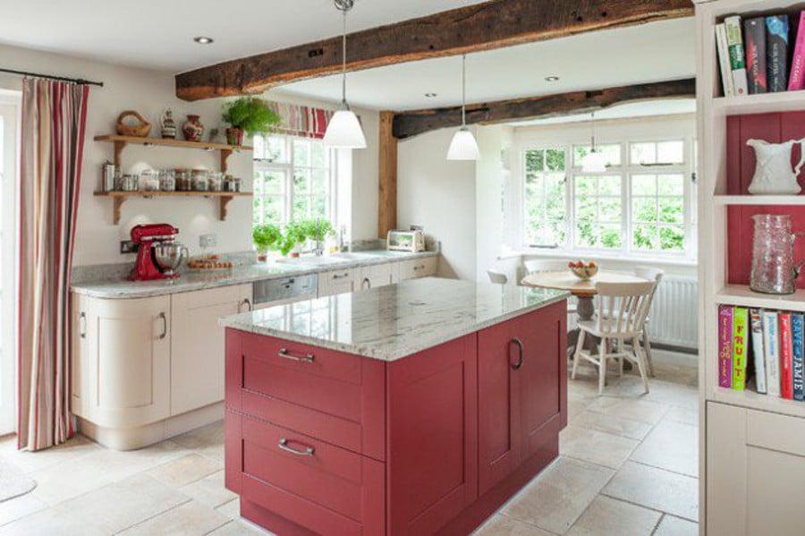 Très charmante cette cuisine traditionnelle! L'ilot aux façades rouges apporte une touche de couleur et de modernité à l'ensemble du décor.