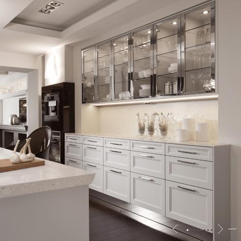 On est carrément sous le charme de cette cuisine immaculée de style contemporain.