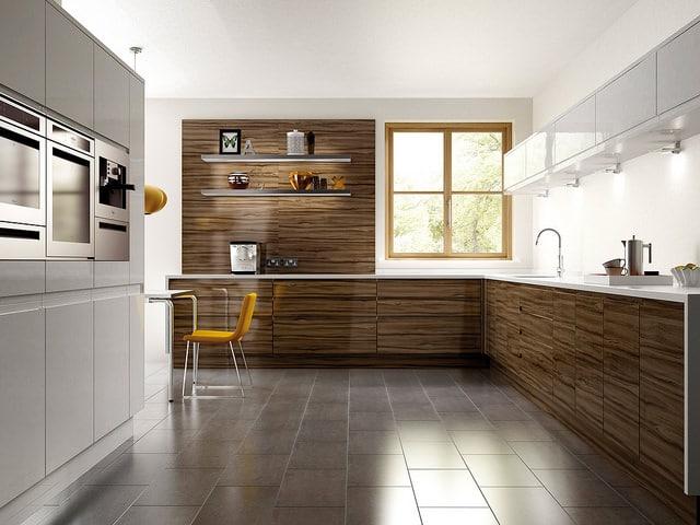 Pari réussi pour le créateur de cette cuisine bois et gris foncé. Le look est plutôt original et c'est cela qui fait son charme.