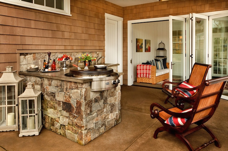 Très réussi cet aménagement en bois et en pierre. On aime ce charme rustique.