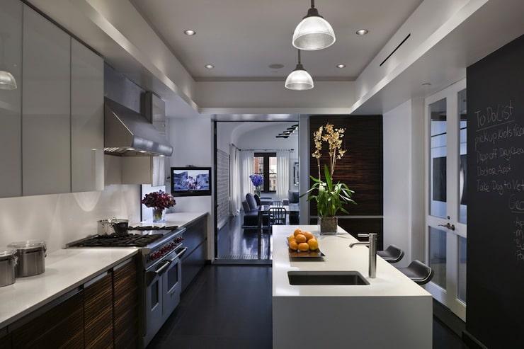 L'harmonie entre la cuisine et le salon est parfaite!