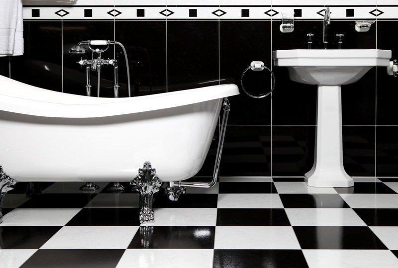 Salle de bain r tro 16 mod les au charme de l ancien for Salle de bain noir et blanche