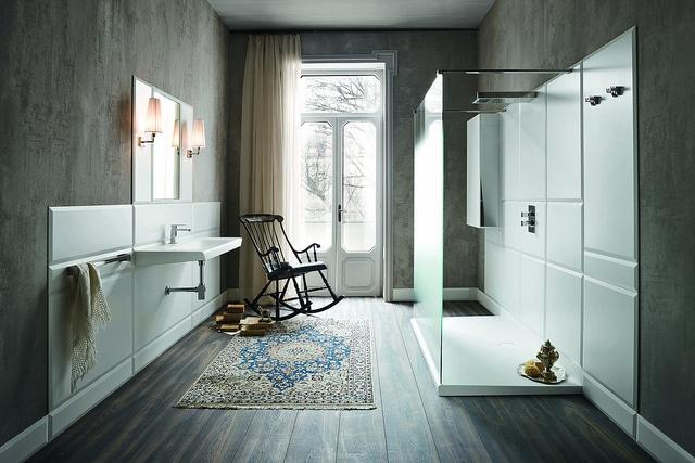 déco salle de bain moderne avec panneaux en matière synthétique blancs. Receveur de douche à poser