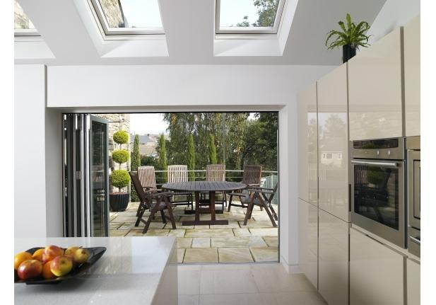 Cette petite cuisine est très lumineuse grâce à ses trois fenêtres de toit.