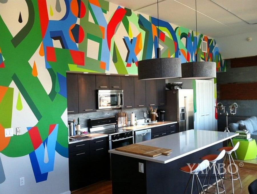 Un mur très coloré pour donner du pep's dans une cuisine un peu trop sage.