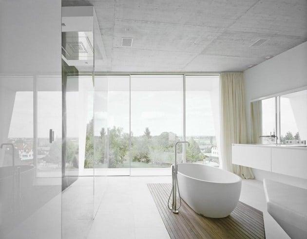 baignoire-blanche-dans-salle-de-bain-moderne