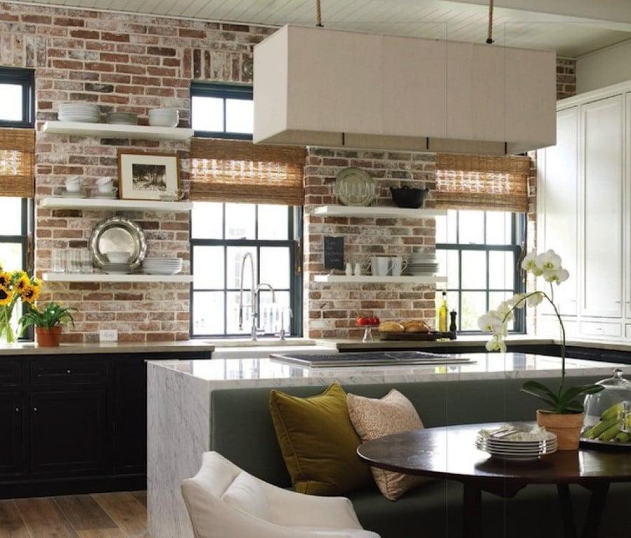 Les briques blanchies de cette cuisine insuffle une touche de vintage dans la décoration.