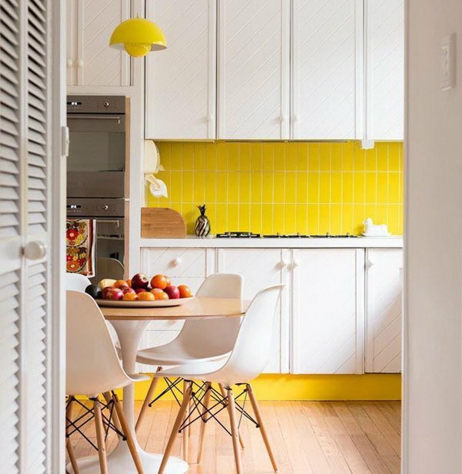 Ces carreaux jaunes dynamise cette cuisine blanche de style scandinave.