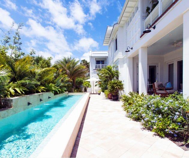 17 exemples de rev tement pour sa terrasse piscine for Carrelage terrasse piscine