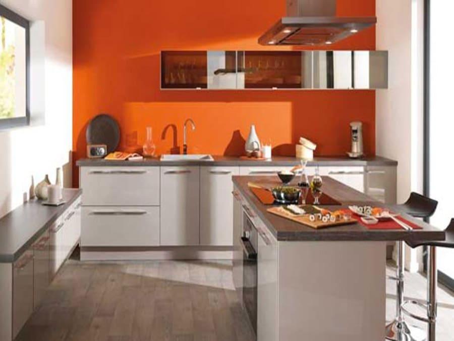 Un pan de mur de couleur vive pour animer une cuisine grise et blanche.