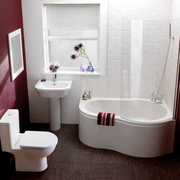 baignoire-dangle-dans-une-petite-salle-de-bain