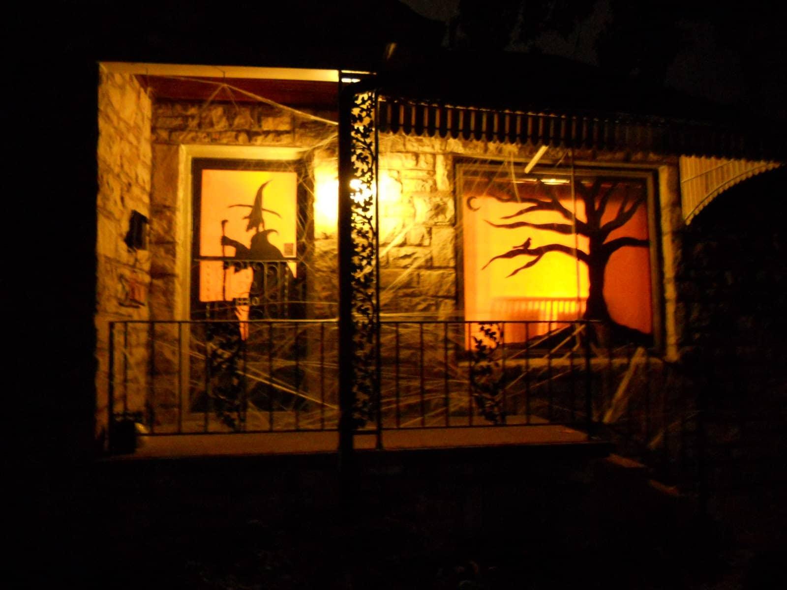 25 id es de d coration pour halloween nos conseils et astuces for Decoration fenetre exterieure