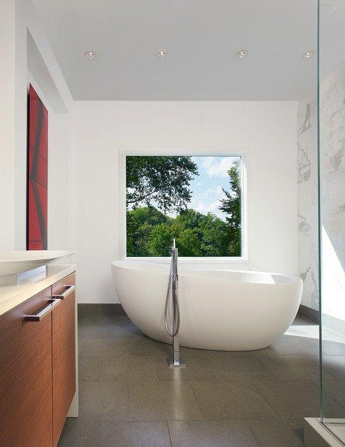 salle-de-bain-avec-fenetre-sur-lexterieur