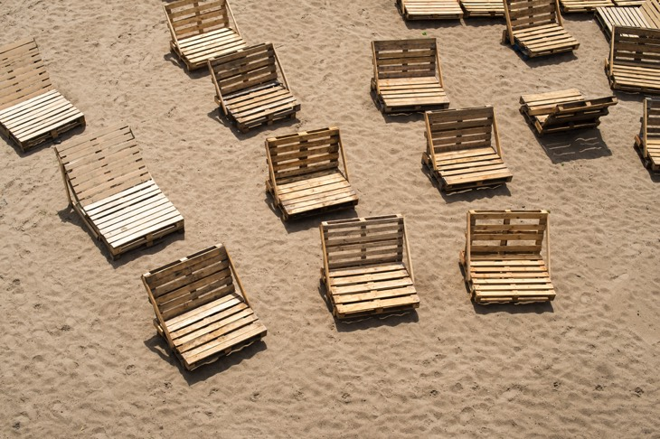 21 id es de bancs et chaises en palette bois le mobilier facile r aliser. Black Bedroom Furniture Sets. Home Design Ideas