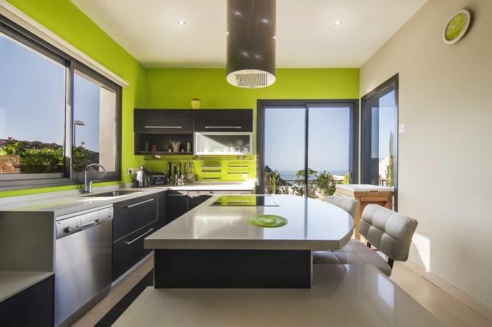 Une cuisine aux couleurs vives 30 exemples pour votre cuisine - Cuisine integree allemande ...