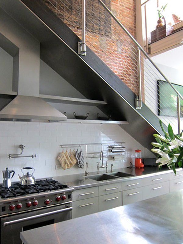 11 cuisines sous escalier la cuisine gain de place for Kitchen ideas under stairs