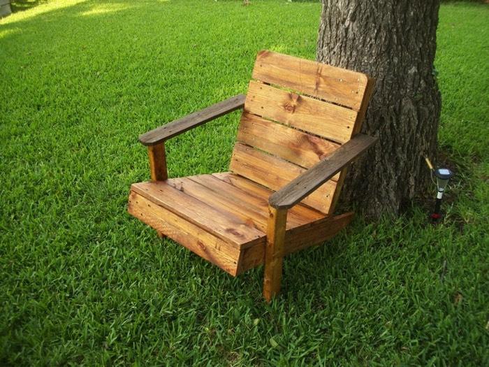 fauteuil en palette 26 id es un fauteuil conomique et esth tique. Black Bedroom Furniture Sets. Home Design Ideas