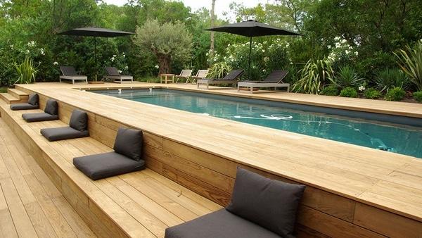 Aménagement piscine en bois : 24 exemples de designs contemporains