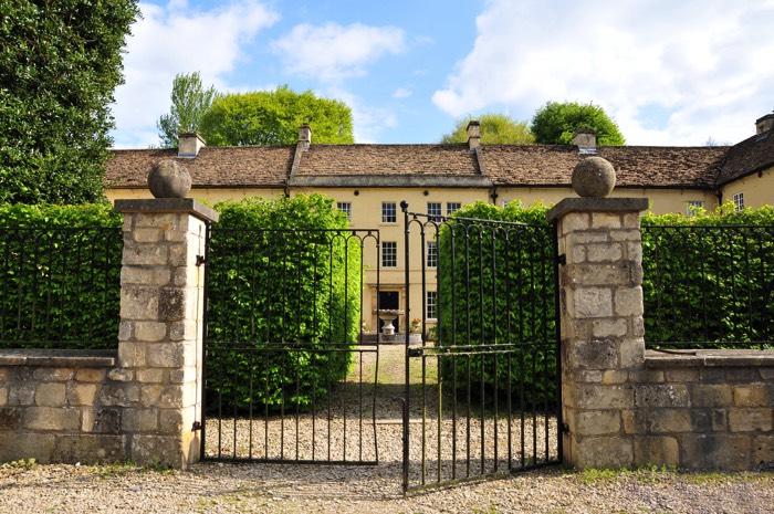 Entr e de portail 45 mod les un portail moderne ou for Colonne in pietra per cancelli