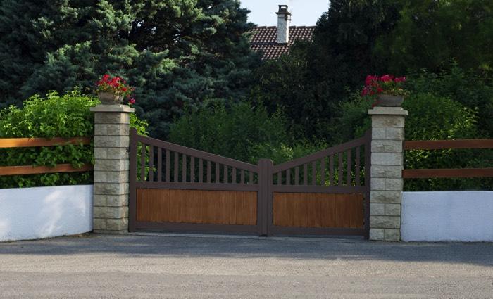 Lequel choisir portail en bois ou en fer nos conseils - Portail maison moderne ...