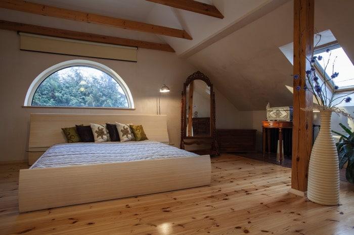 lit en sous pente 24 id es d 39 am nagement g niales. Black Bedroom Furniture Sets. Home Design Ideas