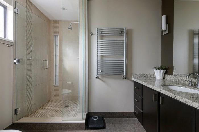 bac a douche dans une salle de bain classique