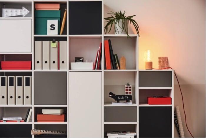 Espace de travail avec rangements avec des compartiments en blanc