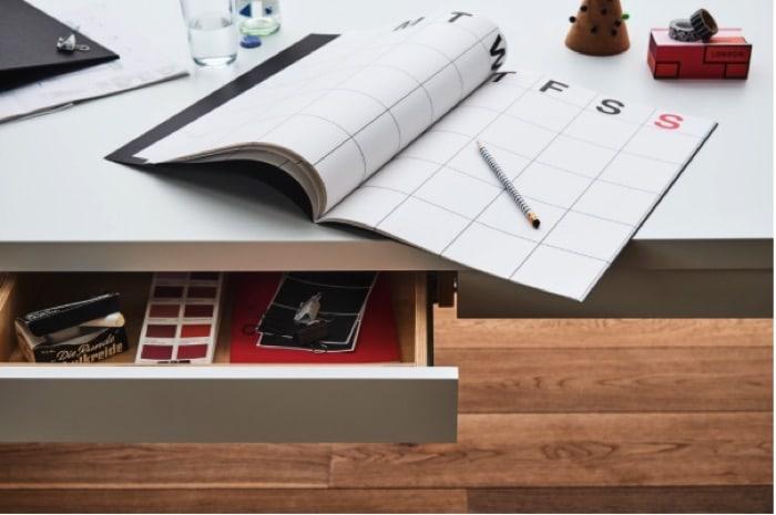 Aménager un bureau de design scandinave blanc avec tiroirs
