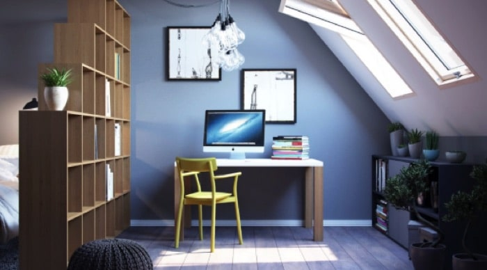 Agencement bureau blanc et en bois sur parquet avec chaise originale jaune et PC. Rangements carrés : compartiments en bois.