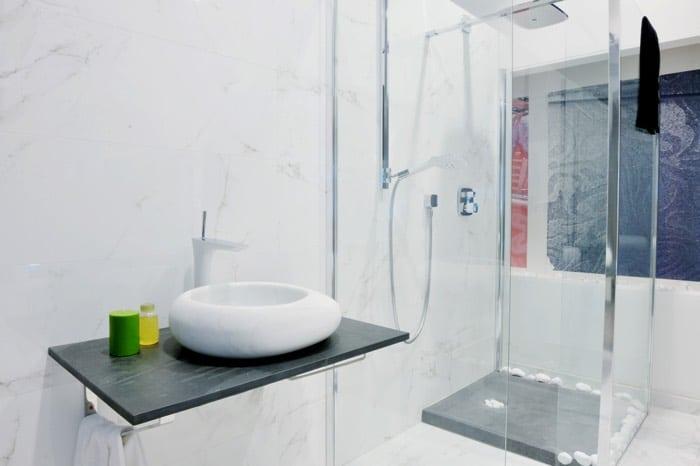 Receveur de douche extra plat 20 designs le guide for Receveur douche sureleve
