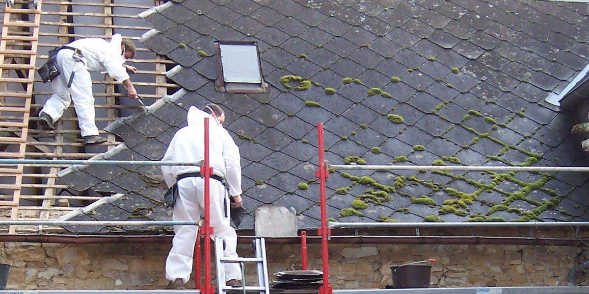 Désamiantage d'une toiture avec une équipe de professionnels