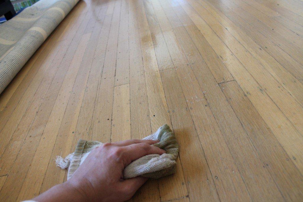 Nettoyer un parquet massif